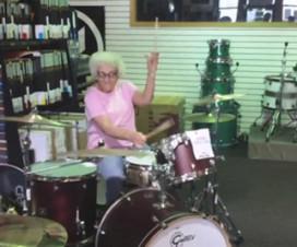 Conheçam Mary. A vovó baterista