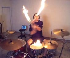Casey Cooper (Coop3rDrumm3r) brincando com fogo