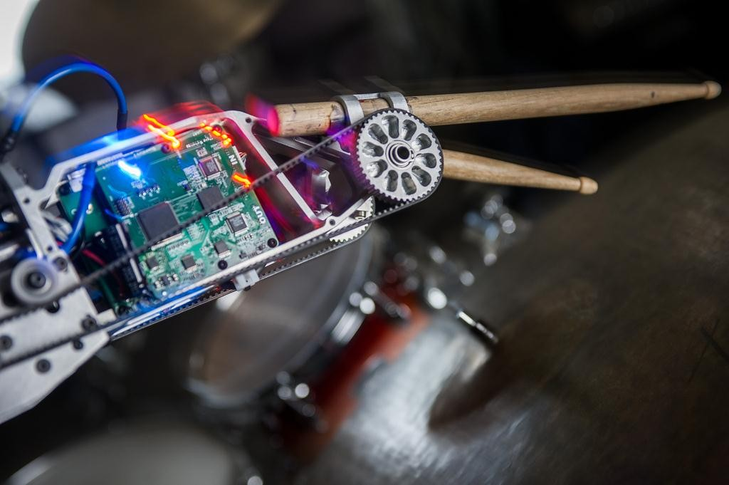 Baterista amputado volta a tocar com o auxílio de um prótese robótica