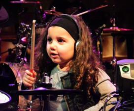 5 bateristas mirins que tocam como gente grande