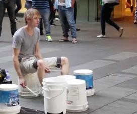 bateristas de rua e seus improvisos